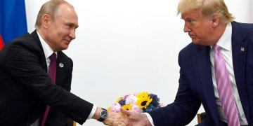 El presidente estadounidense Donald Trump estrecha la mano de su par ruso Vladimir Putin durante una reunión bilateral al margen de la cumbre G-20 en Osaka, Japón, en junio de 2019. Foto: Susan Walsh / AP / Archivo.