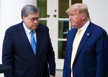 El secretario de Justicia William Barr y el presidente Donald Trump después de una conferencia de prensa en la Casa Blanca. Foto: Alex Brandon/AP. Archivo)