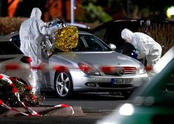 Forenses investigan la escena de un tiroteo en Hanau, Alemania. Foto: Michael Probst/AP.