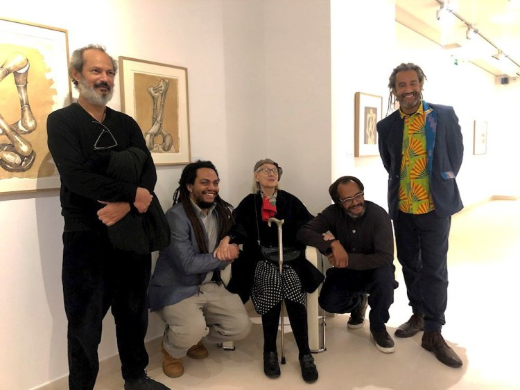 La viuda y algunos de los hijos y nietos del escultor cubano Agustín Cádernas (1927-2001), una de las grandes figuras del siglo XX en este arte, durante la presentación de su exposición en la Maison de l'Amérique Latine en París, el 5 de febrero de 2020. Foto: María Díaz Valderrama / EFE.