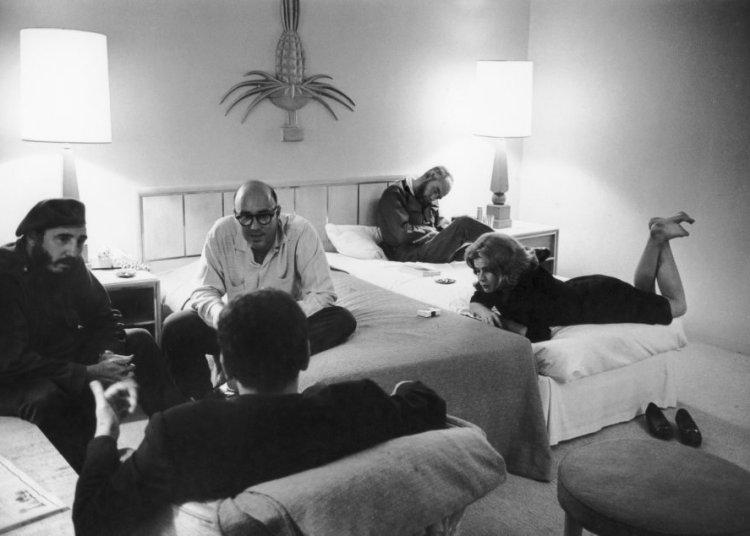 El madrugón en el Riviera. De izquierda a derecha: Fidel Castro,  Juan Arcocha, Michèle Daniel y René Vallejo. De espaldas, Jean Daniel. Foto: Marc Riboud.