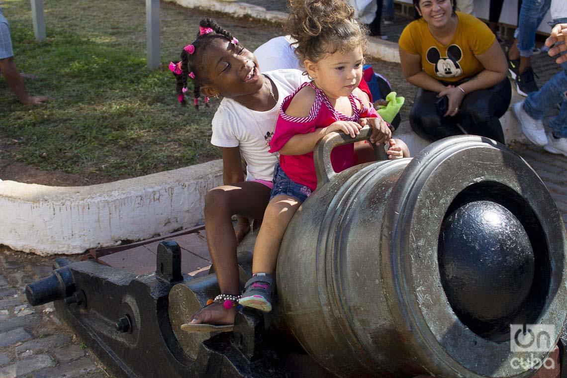Niños jugando en la fortaleza de San Carlos de La Cabaña, durante la Feria Internacional del Libro de La Habana 2020 . Foto: Otmaro Rodríguez.