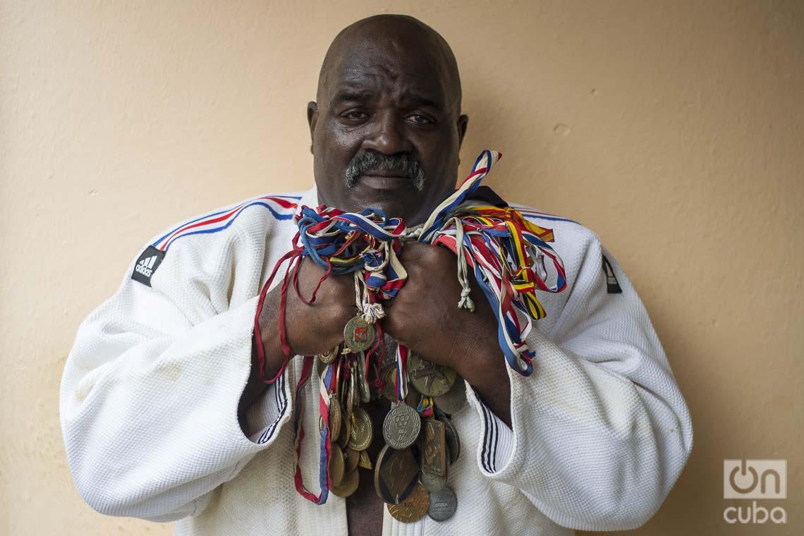 Jorge Fiss con sus medallas. Foto: Otmaro Rodríguez.