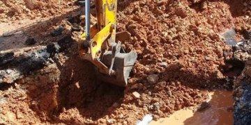 Trabajos de reparación de una conductora de agua en La Habana. Foto: Aguas de La Habana / Facebook / Archivo.