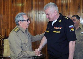 El ex presidente cubano Raúl Castro (i) saluda al Comandante en Jefe de la Marina de Guerra de la Federación de Rusia, el almirante Nikolai Yevmenov, durante su encuentro en La Habana, el 21 de febrero de 2020. Foto: Estudios Revolución.