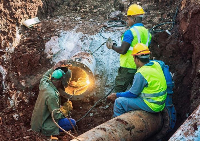 Trabajadores de Cupet y Aguas de La Habana repararon la conductora de combustible averiada, cuyo derrame contaminó las aguas del canal de Vento. Foto: tribuna.cu