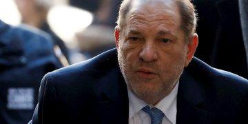 El ex productor de Hollywood Harvey Weinstein mientras llegaba hoy a la Corte Suprema del estado de Nueva York. Foto: Jason Szenes / EFE.