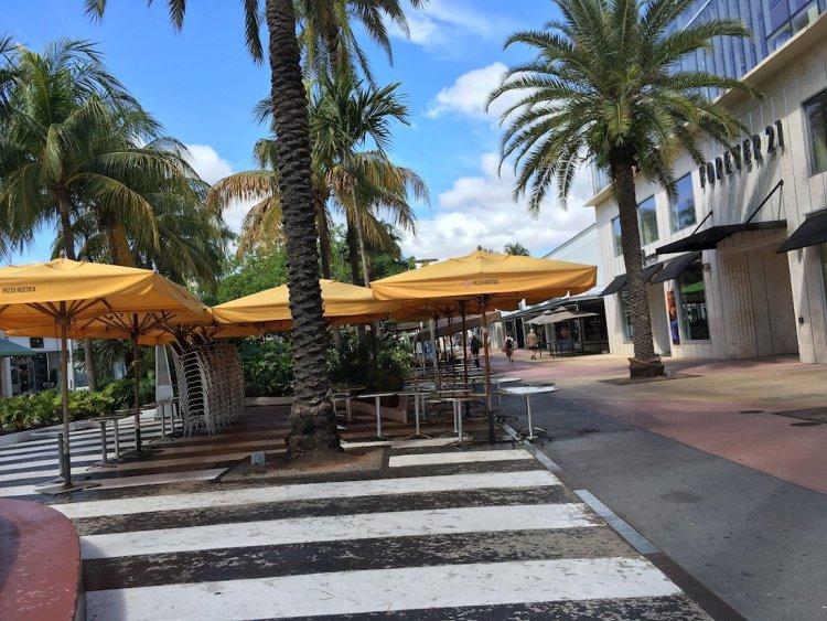 Vista de la calle comercial Lincoln Road, en Miami Beach, con todos los negocios cerrados.  EFE/ Ivonne Malaver