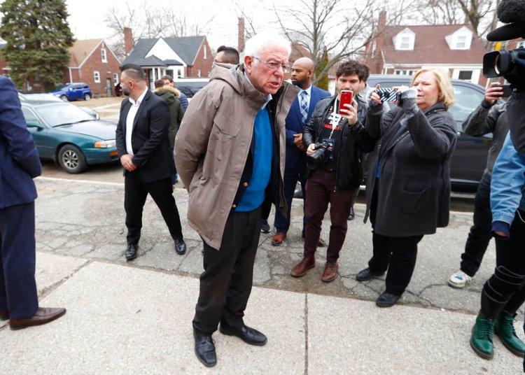 Bernie Sanders durante una visita a una escuela de Detroit en las primarias demócratas del martes 10 de marzo. Foto: Paul Sancya/AP.
