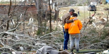 El gobernador de Tennessee Bill Lee, izquierda, ora junto con Kayla Cowen, en medio de los escombros dejados por un tornado en Cookeville, el martes, 3 de marzo del 2020. Foto: Mark Humphrey / AP.