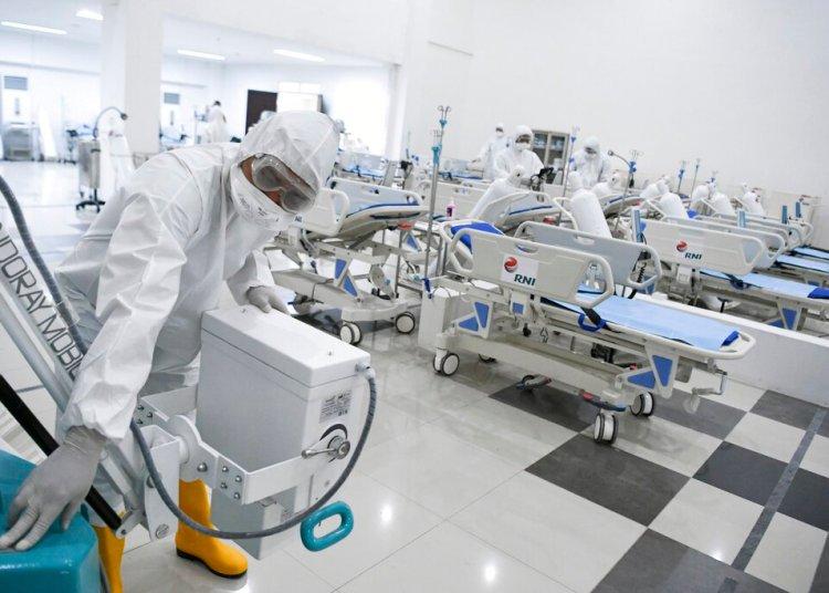 Personal médico revisa equipamiento en un hospital de emergencia por el brote de coronavirus, en Yakarta, Indonesia, el lunes 23 de marzo de 2020. Foto: Hafidz Mubarak A/Pool Foto via AP.