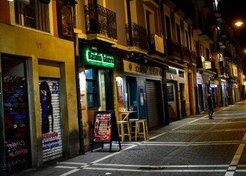 Una persona recorre la calle San Nicolás, que aparece inusualmente desierta, en Pamplona, norte de España, ante la emergencia suscitada por la propagación del coronavirus, el viernes 13 de marzo de 2020. Foto: AP/Alvaro Barrientos.