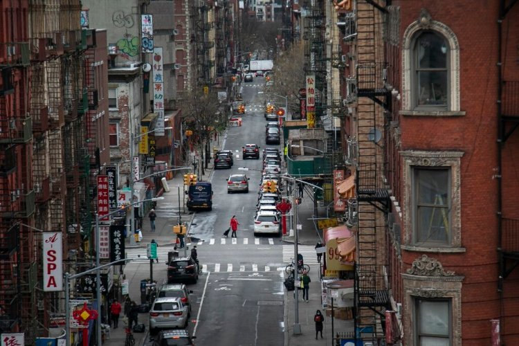 Una mujer cruza una calle con su carro de supermercado en las calles de Chinatown, el jueves 19 de marzo de 2020 en Nueva York. Foto: Wong Maye-E / AP.