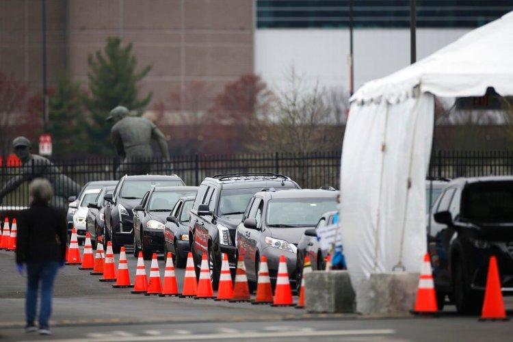 Fila de personas en vehículos que esperan a realizarse la prueba de detección del coronavirus, en Filadelfia, el 20 de marzo de 2020. Foto: Tim Tai/The Philadelphia Inquirer via AP.