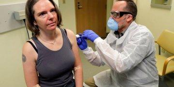 Un farmacéutico aplica a Jennifer Haller la primera dosis de una prueba clínica para una posible vacuna contra el COVID-19, la enfermedad causada por el nuevo coronavirus, el lunes 16 de marzo de 2020, en el Instituto de Investigación Permanente Kaiser de Washington en Seattle. Foto: AP/Ted S. Warren.