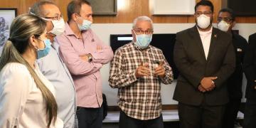 Especialistas médicos cubanos tras su llegada a Venezuela para asesorar la estrategia de contención del brote de COVID-19 en la nación sudamericana. Foto: @rolandoteleSUR / Twitter.