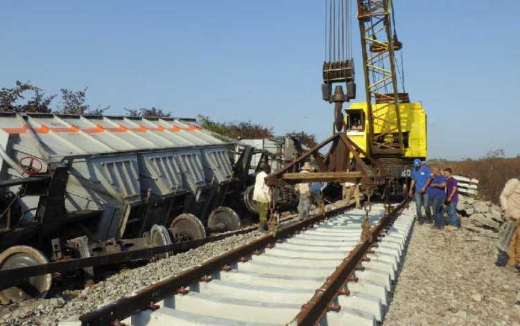 Trabajos de recuperación de los daños provocados por un descarrilamiento de un tren de carga en la provincia de Sancti Spíritus, Cuba. Foto: Reidel Gallo / Escambray.