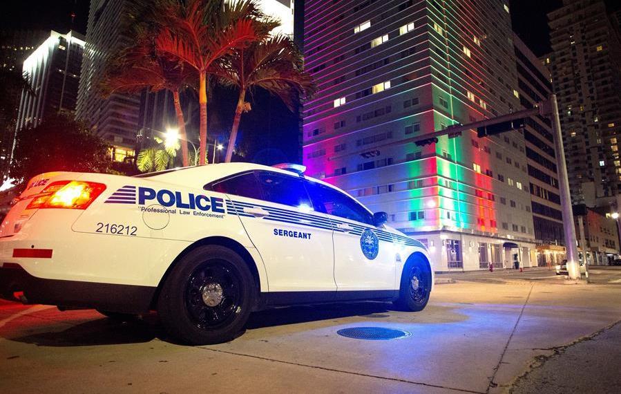 La policía del condado Miami-Dade comenzó el patrullaje nocturno contra los violadores del toque de queda.  Foto: Cistóbal Herrera/EFE.