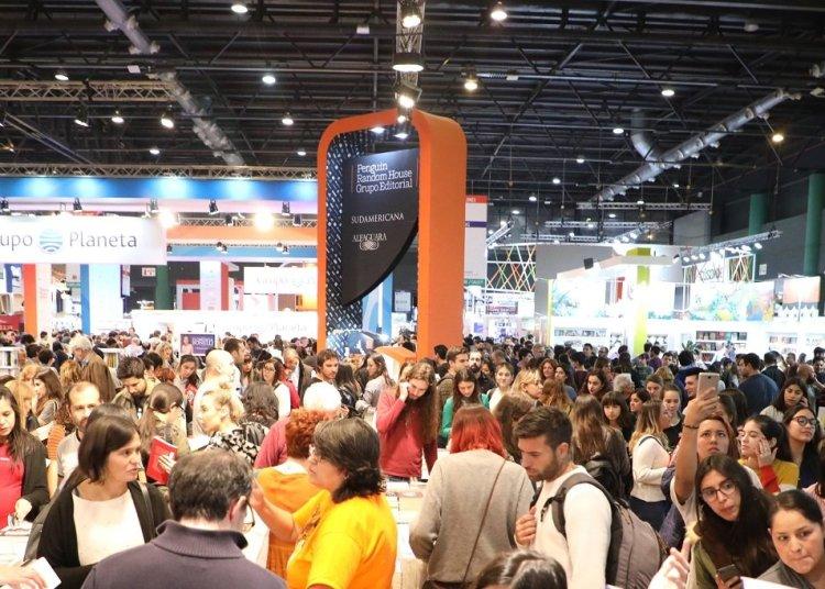 Público durante la edición 45 de la Feria Internacional del Libro de Buenos Aires. Foto: Fundación El Libro.