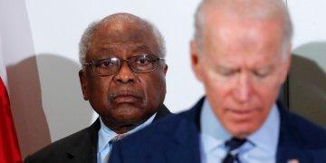 El representante Jim Clyburn (izq) observa a Joe Biden hablando en un acto en North Charleston, Carolina del Sur, el 26 de febrero de 2020. Foto: Gerald Herbert/AP.