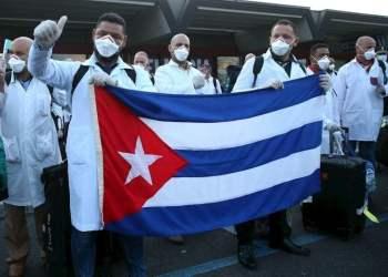 Personal de salud cubano llegando a Italia para apoyar la lucha contra el coronavirus. Foto: EFE.