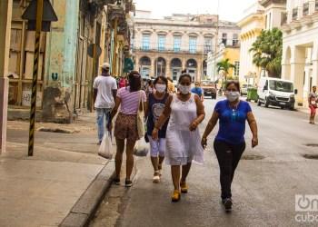 Cubanos usan el nasobuco en La habana. Foto: Otmaro Rodríguez