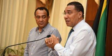 El primer ministro de Jamaica, Andrew Holness (derecha) y el ministro de Salud y Bienestar, el Dr. Christopher Tufton, durante una conferencia de prensa de emergencia. Foto: Adrian Walker, JIS, tomada de https://buzz-caribbean.com/