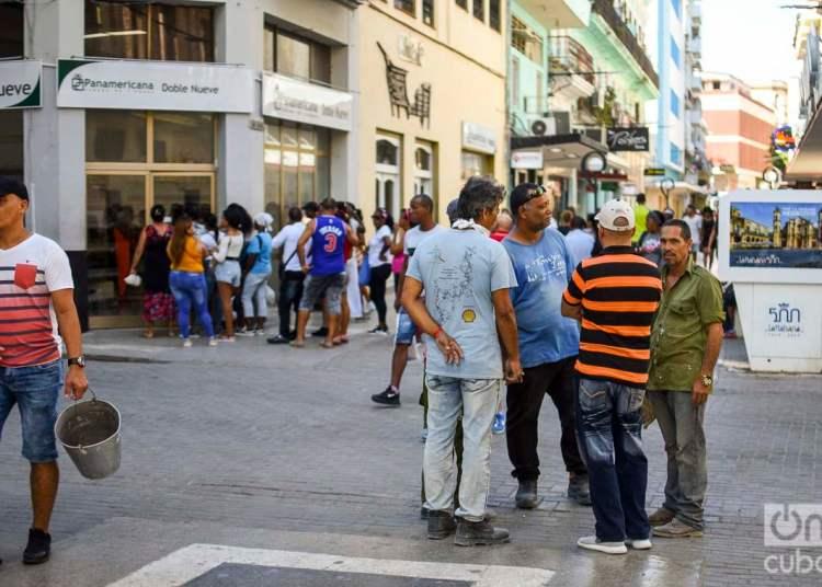 Personas en calles de La Habana. Foto: Otmaro Rodríguez