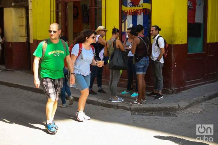Turistas (en primer plano) en La Habana Vieja, el viernes 20 de marzo de 2020. Foto: Otmaro Rodríguez.