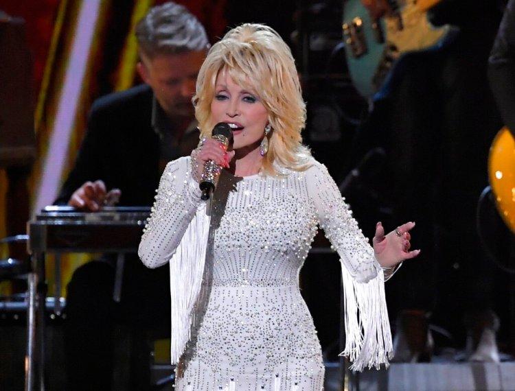 ARCHIVO - En esta fotografía de archivo del 13 de noviembre de 2019, Dolly Parton canta en 53a entrega anual de los Premios CMA en Nashville, Tennessee. Parton donará un millón de dólares para  investigación sobre el coronavirus. A la par continúa su labor con su fundación benéfica Dolly Parton's Imagination Library. (Foto AP/Mark J. Terrill, Archivo)