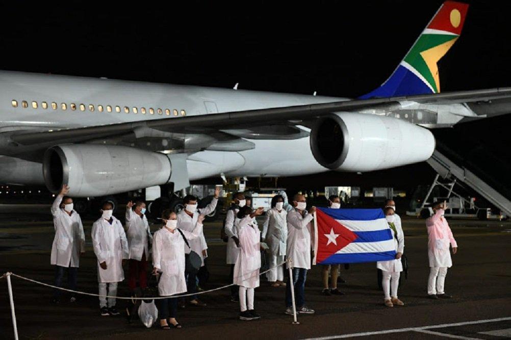 Cientos de médicos de Cuba ayudarán a Sudáfrica con coronavirus