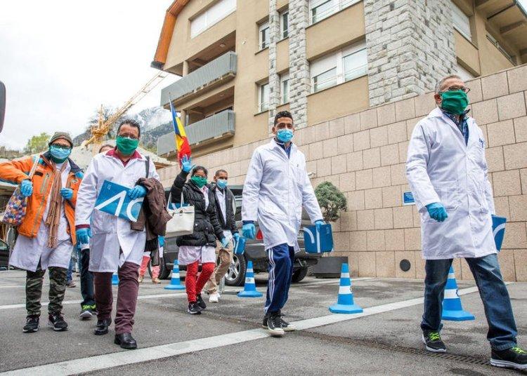 Integrantes de la brigada médica cubana en Andorra, tras su llegada a ese pequeño país europeo para combatir la pandemia de coronavirus, antes de ser puestos en cuarentena por un caso positivo. Foto: Diario de Andorra.