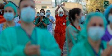 Trabajadores sanitarios aplauden a la gente que, desde sus casas, muestra su apoyo al personal que trabajaba para contener el brote de coronavirus, en el hospital Gregorio Marañón, en Madrid. Foto: AP Foto/Manu Fernández