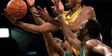 En foto de archivo del 23 de febrero de 2007 Kobe Bryant va por un tiro con los Lakers de Los Ángeles en el juego ante los Celtics de Boston. Este viernes 3 de febrero se dio a conocer que Bryant, Kevin Garnett y Tim Duncan serán anunciados el sábado como integrantes de la clase 2020 del Salón de la Fama. (AP Photo/Branimir Kvartuc, File)