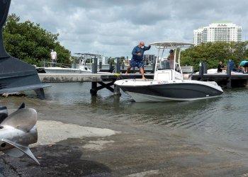 El propietario de una lancha de recreo se prepara para salir al mar en la marina Pelican Harbour en Miami. Foto: Cristóbal Herrera/EFE.