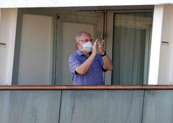 Un pasajero aplaude luego de un anuncio de la tripulacion a bordo del crucero Totterdam el jueves, 2 de abril del 2020, mientras los pasajeros esperan a desembarcar en Port Everglades, Florida. Foto: AP/Wilfredo Lee.
