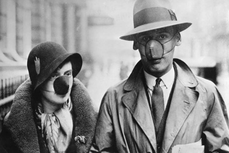 Pareja con nasobuco durante la pandemia de gripe 1918-1919. Foto: Archivo.