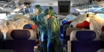 El TGV convertido en Unidad de Cuidados Intensivos es apenas una pieza de la movilización nacional de trenes, helicópteros, jets e incluso un buque militar, desplegados en Francia para aliviar hospitales congestionados. Foto: suquia.com