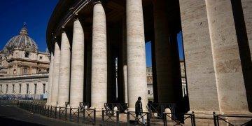 Un hombre camina junto a la columnata de Bernini en la plaza de San Pedro, durante la audiencia semanal del papa Francisco que el Vaticano emite por internet debido a las restricciones contra el nuevo coronavirus. Foto: AP /Andrew Medichini.
