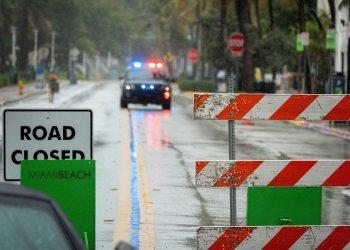 Mientras se espera por la apertura de las playas de Miami Beach, las calles siguen inundadas durante cuatro días seguidos de aguaceros. Foto: Cristóbal Herrera/EFE.
