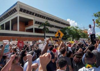 Manifestantes delante de la sede de la policía de Miami en protesta por la muerte del afro-americano George Floyd. Foto:  Cristóbal Herrera / Efe.