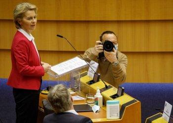 La presidenta de la Comisión Europea, Ursula von der Leyen ante el Parlamento Europeo en Bruselas. Foto: Olivier Matthys/AP, archivo