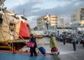 Pasajeros con mascarilla suben a un transbordador en el puerto de Pireo, cerca de Atenas, el lunes 25 de mayo de 2020. Foto: Petros Giannakouris/AP