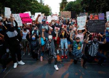 Un grupo de manifestantes protesta en Las Vegas el 30 de mayo de 2020 por la muerte de George Floyd, un hombre negro que murió asfixiado estando detenido por la policía el pasado 25 de mayo en Minneapolis. Foto: John Locher/ AP