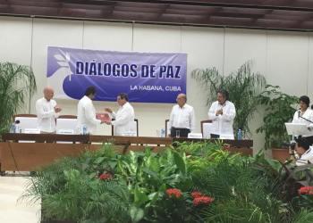 Agosto de 2016: firma en La Habana de documento fundamental en proceso de paz en Colombia, el cese al fuego entre fuerzas del Gobierno colombiano y las Fuerzas Armadas Revolucionarias de Colombia-Ejército del Pueblo (FARC-EP). Foto: archivo