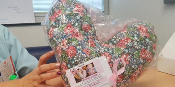 Una Almohada del Corazón para las pacientes operadas de cáncer de mama