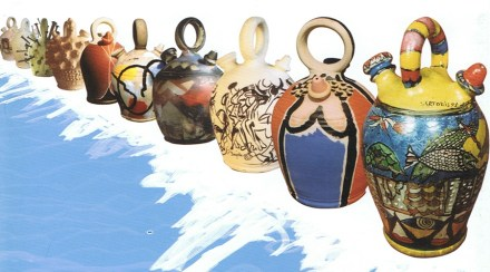Exposición de botijos decorados por artistas como Dalí, Mingote o Forges