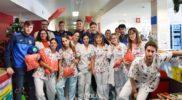 Jugadores del Fuenla entrega juguetes en el Hospital de Fuenlabrada