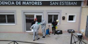 Los Bomberos de Fuenlabrada desinfectan residencias de mayores y centros de salud