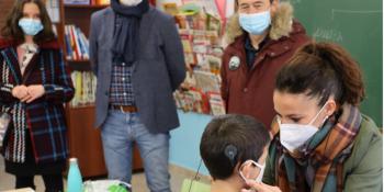 Fuenlabrada reparte mascarillas especiales a escolares con problemas de audición